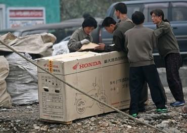 Copak to v té krabici asi je? Takhle se v Asii prodávají motorky.